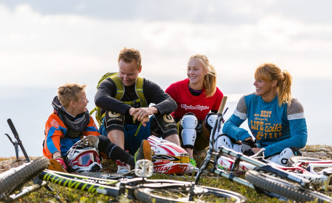 Downhillcykling familj. Foto: Niclas Vestefjell