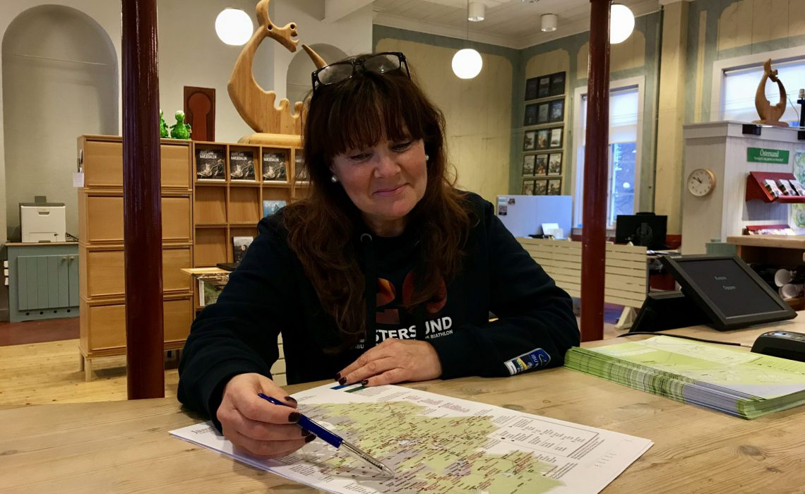 Kartan över sevärdheter i Jämtland Härjedalen är efterlängtad som arbetsredskap av bl a Annica Grinde som är turistinformatör vid Visit Östersund Turistcenter. Foto: Anne Adsten