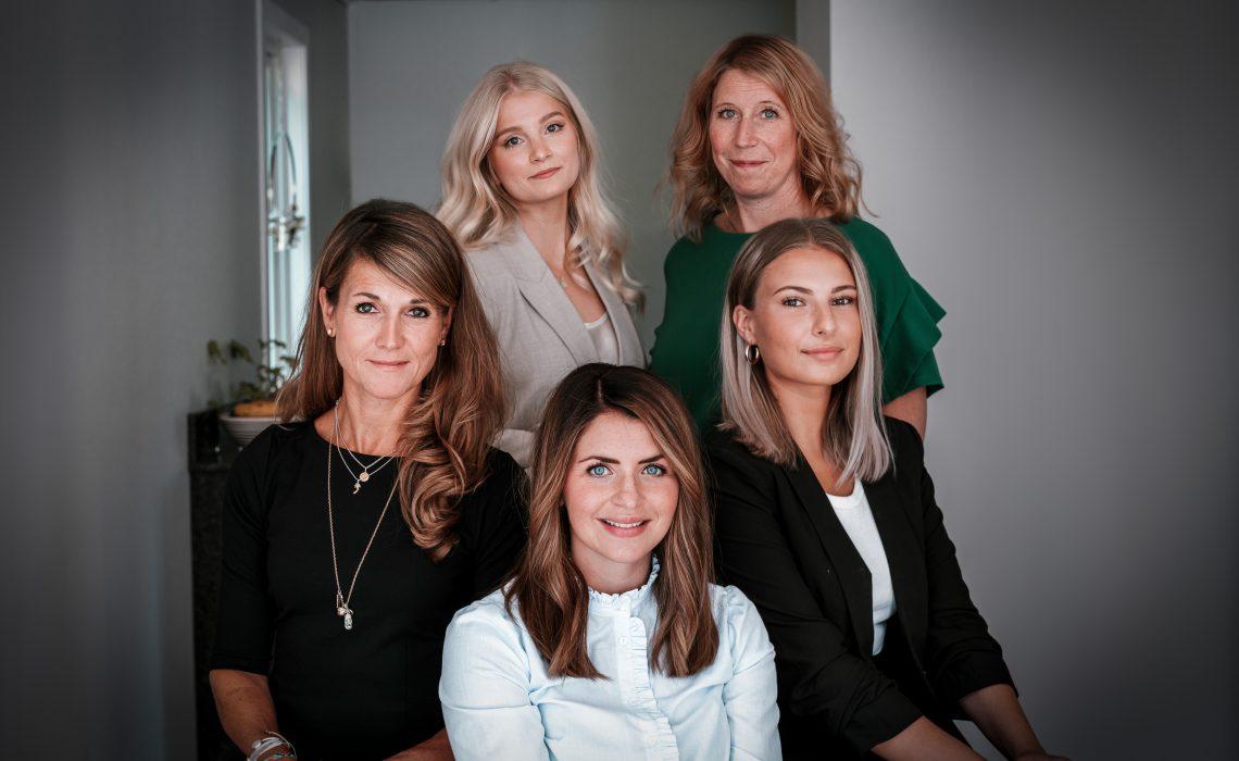 Mia Forsgren och Rebecca Andersson med flera vid Diös kommunikationsavdelning.