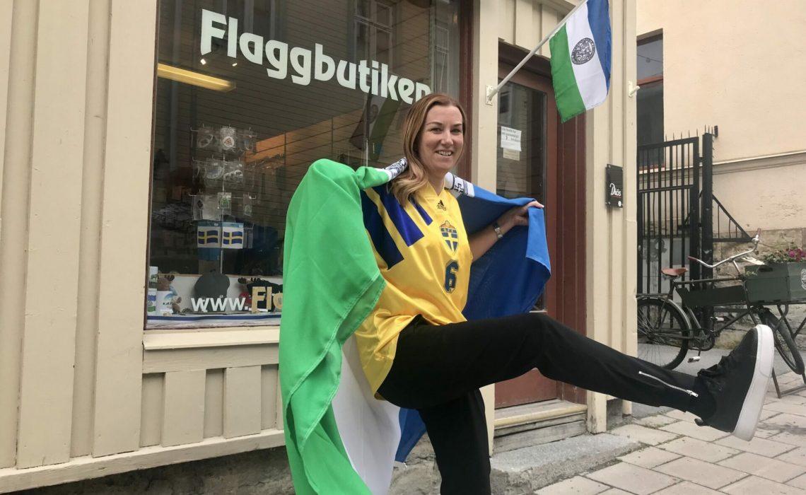 Teres Gärdin i Sverigetröja med Jämtlandsflaggan. Foto: Anne Adsten