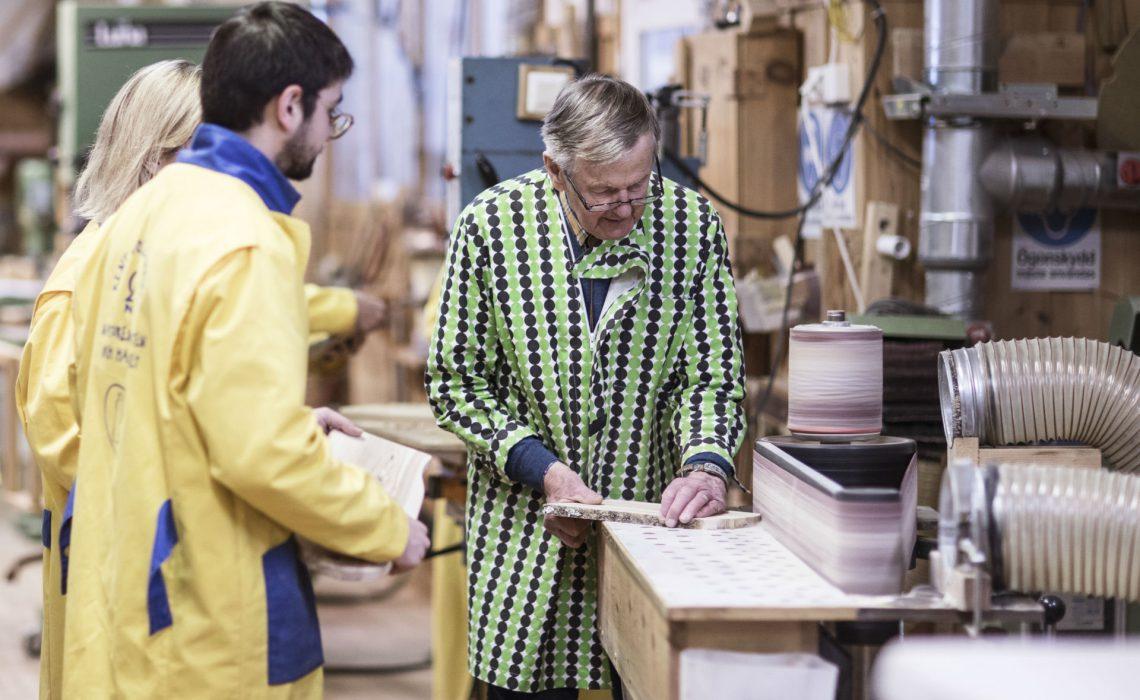 Gästerna tillverkar sina egna skärbrädor hos Wikners i Persåsen. Foto: Tina Stafrén