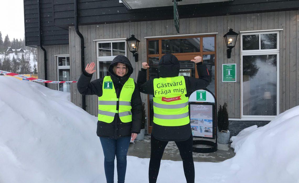 Gästvärdar vid Vemdalens Turistinformation på Skalets Torg. Foto: Kenneth Grym.