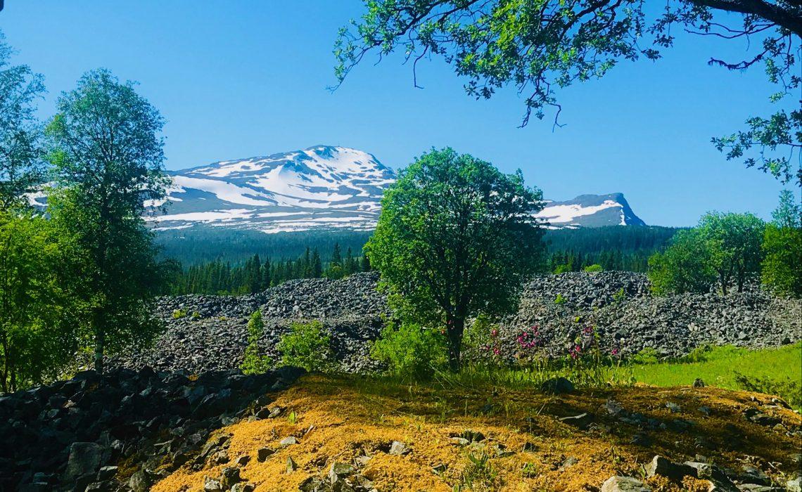 Åreskutan från Fröå gruva med slagghögar. Foto: Mats Forslund